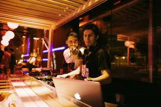 Die DJs im Club Urban Beach überraschen die Menschen auf der Tanzfläche gerne mit ihrer Musik