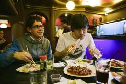 Häppchenweise: Sushi und asiatische Grillgerichte im Buddha Sushi, wo der Andrang am Büfett erst am späten Abend nachlässt