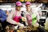 Gegrillte Schweineohren im Brötchen sind ein beliebter Snack vor dem Spiel