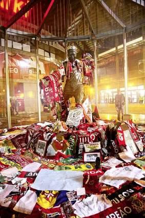 Portugals Fußball-Legende Eusébio starb Anfang 2014. Die Statue vor dem Estádio da Luz ist seitdem zu einer Pilgerstätte für unzählige Fans geworden