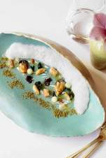 Das Gericht Rebentação präsentiert auf dem Teller einen Strand mit Sand, Gischt und Seafood