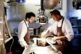 Sternekoch José Avillez (links) überprüft, ob sein Team mit insgesamt 17 Köchen alles richtig macht
