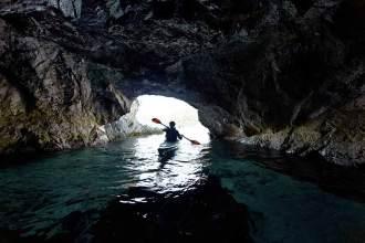Unterwelt: Bei wenig Wellengang sind Abstecher in die Höhlen an der Küste eine schöne Abwechslung.