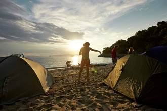 Feierabend: Die Nachtlager sind schnell aufgebaut, und das Abendessen kann auf dem Campingkocher vorbereitet werden.