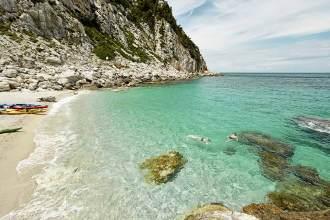 Klare Sache: Schnorchelpause im türkisblauen Meer am Strand bei der Kirche Agios Ioannis sto Kastri, in der Nähe von Glossa.