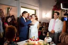 Tortenschieber: Simos füttert seine Frau mit dem Hochzeitskuchen.