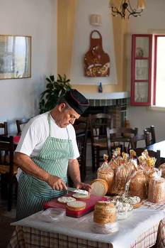 Manolis baut in seinem Restaurant Strofi Sandwichtürme.