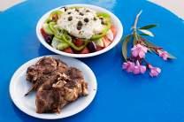 Tellergedicht: Mastello (Lamm) und Salat mit Ricotta-ähnlichem Mizithra_käse.