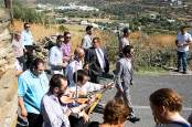 Die laufende Band: Am Tag der Hochzeit ziehen die Gäste musizierend zum Haus von Braut Flora ...