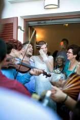Die laufende Band: Am Tag der Hochzeit ziehen die Gäste musizierend zum Haus von Braut Flora - die weint vor Rührung.