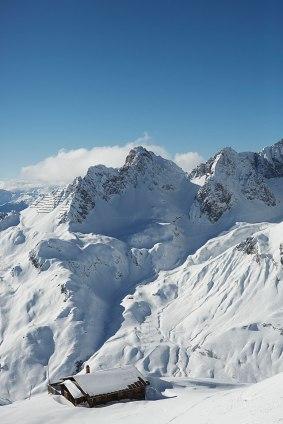 Weißheit: Blick auf die Schneemassen im Zürser Täli, im Vordergrund eine Hütte unterhalb der Bergstation des Rüfikopfs.