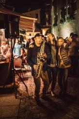 Straßenfeger: Ein Saxofonist wird vor der Bar La Calèche von ausschwärmenden Electro-Jazz-Fans belagert