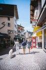 Schau-Lustige: In der Fußgängerzone flanieren am Morgen nach dem Festival wieder elegant gekleidete Urlauber