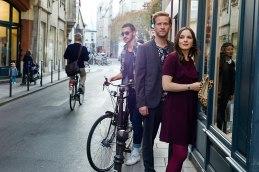 Stil leben: Die beiden Autoren Julia Bähr und Jakob Biazza nach ihrer modischen Verwandlung zum Hauptstädter in der Rue Vieille du Temple.