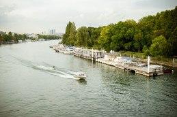 Alles am Fluss: Wasserskifahren vor der Hochhauskulisse des Pariser Westens.