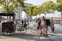 Triumphal: Diesen Ort kennt Alain Gallopin vom Team Trek Factory Racing, hier mit Tochter Mélina, nur zu gut: Am Arc de Triomphe, dem nordwestlichen Punkt der Champs-Élysées, endet jedes Jahr die Tour de France.