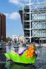 """Freischwimmer: Im Strawinski-Brunnen vor dem Centre Georges Pompidou räkelt sich eine """"Nana"""" von Niki de Saint Phalle."""