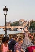 Eine Chinesin lässt sich zur Hochzeit vor den Liebesschwur-Schlössern auf der Pont des Arts fotografieren. Im Hintergrund die Pont Neuf.