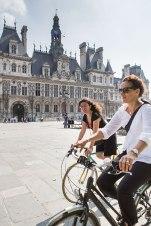 Am Radhaus: Autorin Barbara Esser (rechts) und Parisienne Mélina Gallopin passieren das Hôtel de Ville, das Rathaus, im 4. Arrondissement.