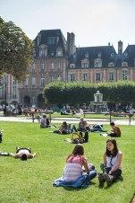 Entspannt sind auch die Besucherinnen auf dem Grün der Place des Vosges.