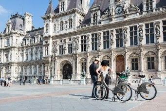 Radsam: Pause an der Place de l'Hôtel de Ville mit Rathaus im Stil der Neorenaissance.
