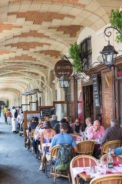 Tankstelle: Brasserie Mutzig an der belebten Place des Vosges im Viertel Marais.