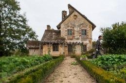 Rabattenschutz: Die ehemalige Mühle im Weiler der Königin Marie-Antoinette, umgeben von Blumen- und Gemüsebeeten.