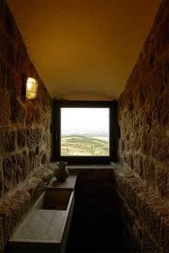 Nischendasein: Das Innenleben des Torre dei Belforti ist durch die Wucht der dicken Steinmauern geprägt, die an eine Festung erinnern.