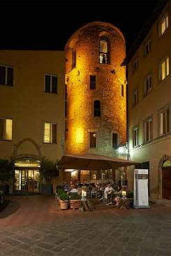 Bewährungshelfer: Der Turm des Hotels Brunelleschi in Florenz war einmal ein Gefängnis. Heute fällt es schwer, sich vorzustellen, dass der Aufenthalt in diesem Gemäuer aus dem 6. Jahrhundert eine Strafe sein konnte.