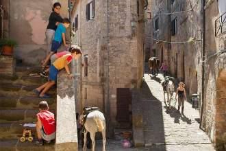 Gute Führung: Durch die engen Gassen der mittelalterlichen Tuffsteinstadt Sorano dürfen wir nicht reiten. Also begleiten wir unsere Vierbeiner zu Fuß. Die Einheimischen sind dennoch begeistert.