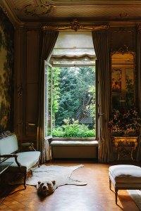Huis de Arend - Haus des Adlers, aus dem Jahr 1702. Der im altholländischen Stil bepflanzte Garten und die Wandbehänge des Salons, die ländliche Idyllen darstellen, sind als romantisches Gesamtkunstwerk gestaltet. (Adresse: Keizersgracht 704)