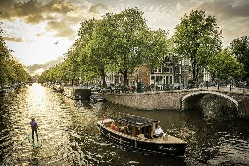 Autor Janek Schmidt erkundet Amsterdam auf einem Stand-up-Paddle-Board. Hier auf der Prinsengracht, Ecke Reguliersgracht.
