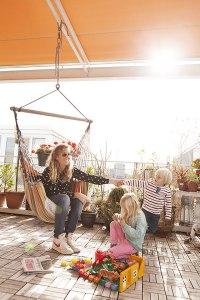 """Meerwert: Donja Hehenkamp-Tuinier genießt mit ihren beiden Kindern Julius (re.) und Bente das Leben auf der """"Terrasse"""", die ja eigentlich """"Aquasse"""" heißen müsste."""