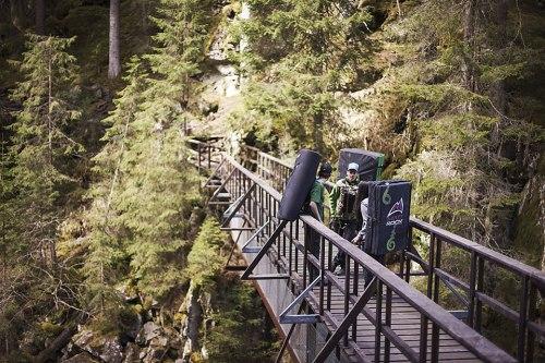 Jungkletterer Florian Grischott (l.) mit Bergführer Kasimir Schuler und Bamboo Saluz (r.) auf der Brücke zum Magic Wood. Die Sicherheitsmatten sind immer dabei.