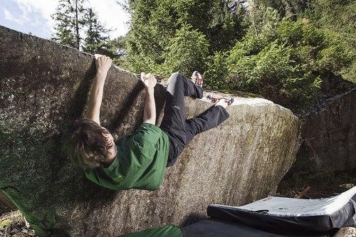 Hängepartie: Florian Grischott an einem Boulder im Magic Wood. Nicht die Höhe macht den besonderen Reiz dieses Sports aus, sondern der Schwierigkeitsgrad des Felsens.