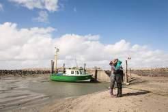 """Hin und weg: Für die meisten Besorgungen nutzen Nele und Holger ihr Arbeitsboot, den """"Schlickrutscher"""". Wenn der ausfällt, bleibt ihnen nur der eineinhalbstündige Fußmarsch."""