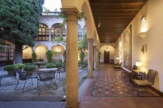Alter Klosterhof des Parador de Granada