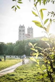 Isar-Sommertage können auch ruhig ausklingen, wie hier an der Kirche St. Maximilian.