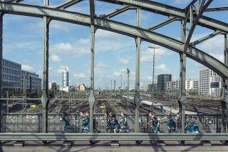 Kinder an die Macht: Bei Westend United geht es nicht um Sieg oder Niederlage, sondern um den Spaß am Spiel. Auf unserem Foto stürmen die Mädchen und Jungen die Hackerbrücke.