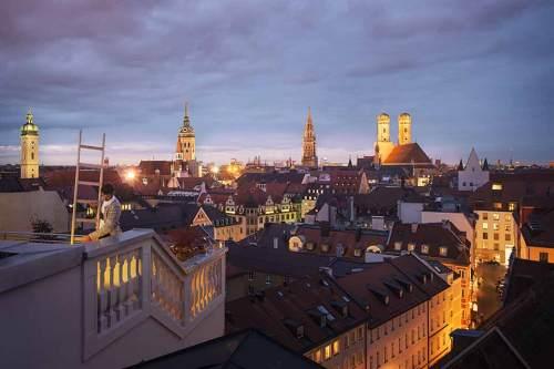 Panoramafensterln: Zur blauen Stunde auf der Sommerterrasse des Mandarin Oriental Munich.