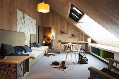 Dachschrägenfensterln: Erfolgreicher Einstieg in die Naturelle Suite des Sofitel Munich Bayerpost.