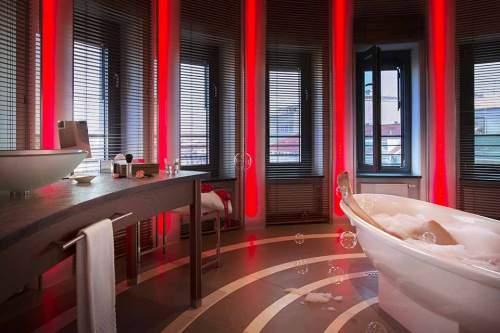 Badfensterln: Eine wahre Schaumschlägerin im Anna Hotel.