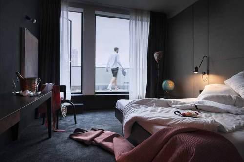 Fensterlnbretter: Die Terrasse des Flushing Meadows Hotel & Bar ist mit Holzdielen ausgelegt.
