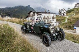 Königlich: Ewald und Gabi Sprey in ihrem britischen Bentley 4½ Litre aus dem Jahr 1929 auf dem Passo Rolle.