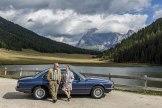 Neuzeitlich: Peter und Ursula Boehm neben ihrem BMW CSI E, Baujahr , am Ufer des Cailita-Sees.