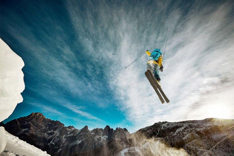 Sprunghaft: Freerider Filippo Simoni durchpflügt den Berghimmel über dem Trentino.