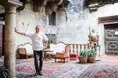 Topfgucker: Der Restaurantleiter Stefano Bertoni im Innenhof des Castel Toblino.