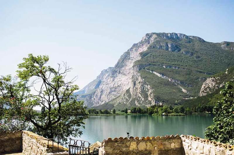 Bergeweise: Blick von der Terrasse des Castel Toblino über den Lago di Toblino.