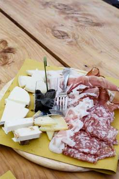 Brettspiel: Brotzeit im Maso Limaró, einem Restaurant in Calavino, östlich des Lago di Toblino.