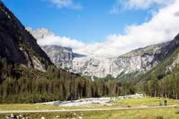 Radsam: Reisemagazin-Autor Detlef Dreßlein (r.) mit einem Pedelec unterwegs im Val di Genova - im Hintergrund ist das Adamello-Bergmassiv zu sehen.